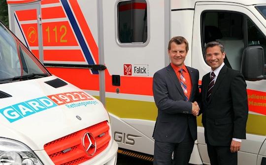 Die Geschäftsführer Prof. Dr. Klaus Runggaldier (Falck, links) und Geschäftsführer Sven Jarmuth (G.A.R.D.-Gruppe) besiegeln den Zusammenschluss per Handschlag. Foto: G.A.R.D.