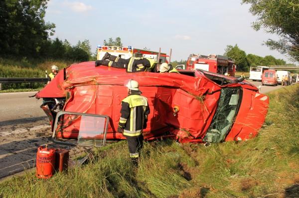 Transporter überschlägt sich bei Unfall auf A96
