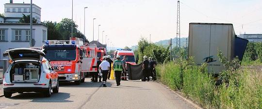 Einsatzkräfte versorgen den kollabierten Lkw-Fahrer. Foto: Friebe PR / Hald