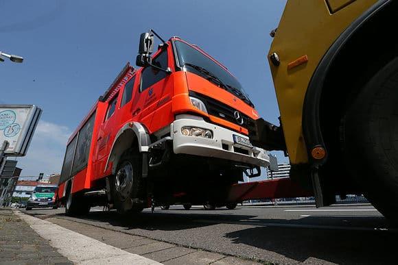 HLF stößt bei Alarmfahrt mit Pkw zusammen. Foto: Simon Avenia