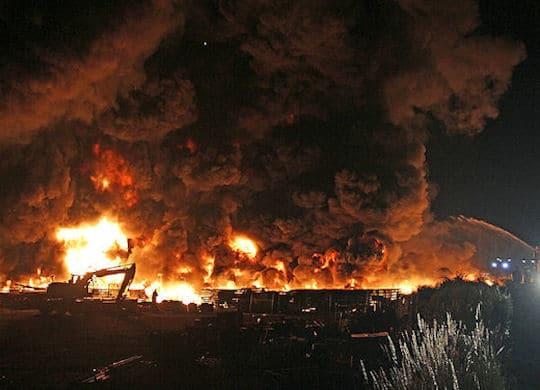 Großbrand in Neunkirchen: ein Kunststofflager steht in Vollbrand. Foto: SON