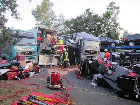 Schwerer Lkw-Unfall auf dem Autobahn-Parkplatz Hittfeld. Foto: Polizei