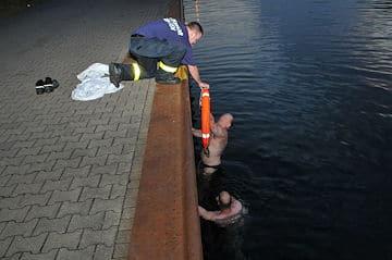 Feuerwehr und Polizei retten Rentner vor Ertrinken. Foto: Bludau