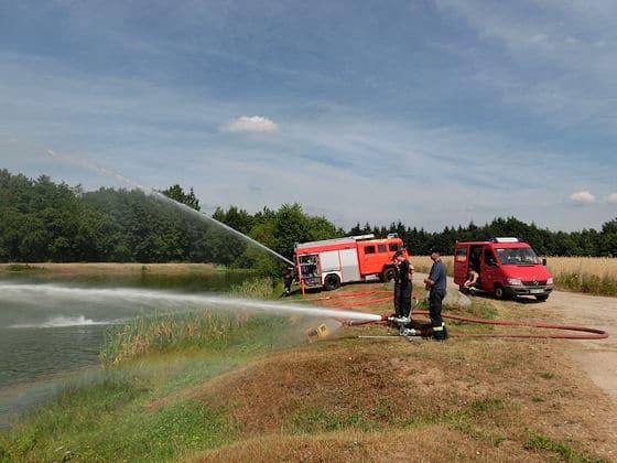 Feuerwehr verhindert Fischsterben. Foto: Feuerwehr