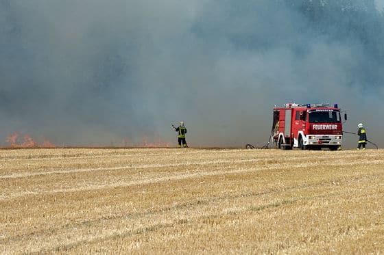 Weizenfeld brennt nach technischem Defekt. Foto: foto-kerschi.at