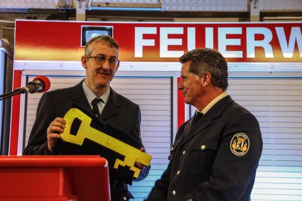 Schlüsselübergabe an den Wehrleiter Stefan Wagner (mit Schlüssel). Foto: Benjamin Kobelt