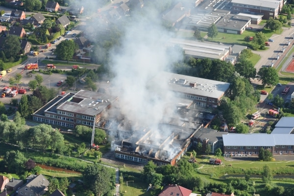 Millionenschaden: Ein Großfeuer vernichtete am Freitag große Teile der Kooperativen Gesamtschule in Wittmund. 300 Einsatzkräfte waren stundenlang im Einsatz. Foto: Polizei