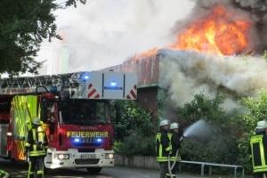 Millionenschaden: Ein Großfeuer vernichtete am Freitag große Teile der Kooperativen Gesamtschule in Wittmund. 300 Einsatzkräfte waren stundenlang im Einsatz. Foto: Feuerwehr Aurich