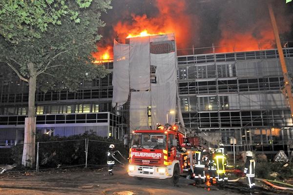 Brand in Gesamtschule Wulfen: Dach steht in Flammen. Foto: Bludau