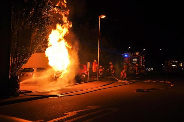 """Fahrzeugbrand in Bruchsal (Archivfoto): Auch die Feuerwehr muss bei einem Pkw-Brand mit dem Austritt des Kältemittel """"R1234yf"""" rechnen. Foto: Heinold/Feuerwehr"""