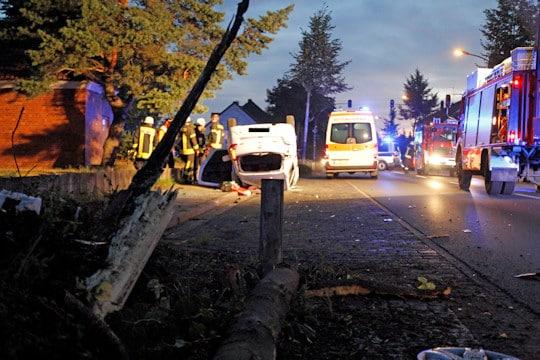 Unfall in Nienburg: Pkw überschlägt sich vor Feuerwehrtechnischer Zentrale. Foto: Henkel/Feuerwehr