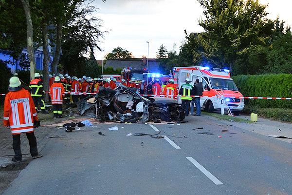 Überhöhte Geschwindigkeit macht die Polizei für einen schweren Unfall in Jork (Kreis Stade) verantwortlich. Zwei junge Menschen starben, der Fahrer erlitt lebensbedrohliche Verletzungen. (Foto: Polizei)