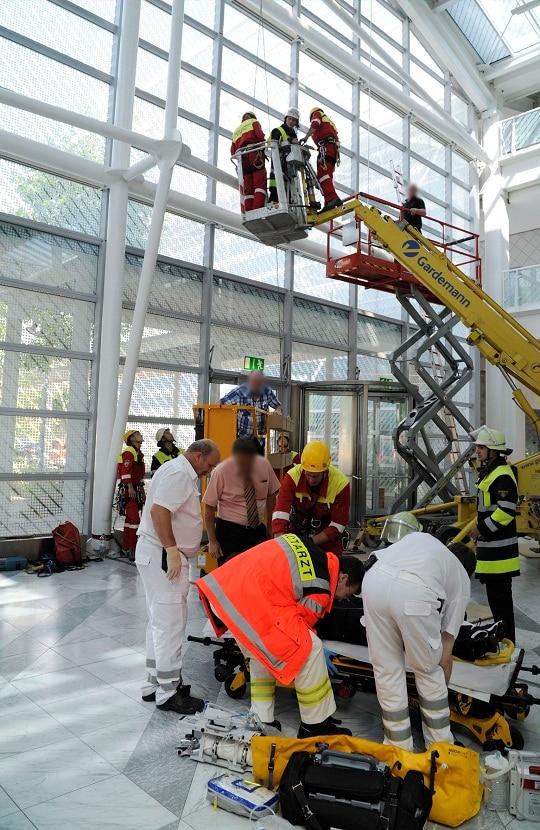 Arbeitsunfall in München: Zwei Fensterputzer sind mit einer Hubarbeitsbühne verunglückt. Foto: BF München