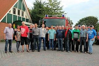 Ein Unfallopfer sagt danke. Retter und Geretter trafen sich am Samstag beim Feuerwehrhaus in Holtland. (Foto: KFV Leer)
