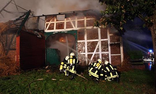 In Bütlingen brannte erneut ein Reetdachhaus - die Polizei vermutet Brandstiftung. Foto: Köhlbrandt
