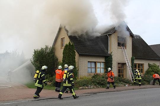 Die Polizei geht von Brandstiftung aus - und vermutet einen Zusammenhang zu der andauernden Brandserie. Foto: Polizei