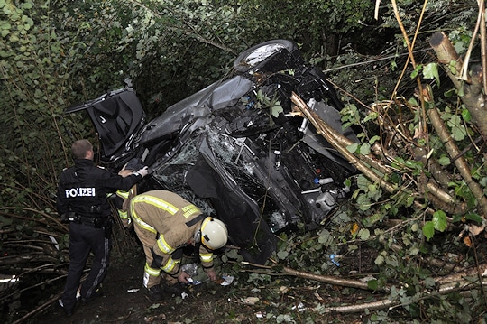 Fünf Urlauber stürzten bei einem Unfall nahe Hippach 150 in die Tiefe. Foto: Feuerwehr
