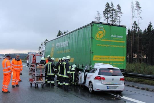 Tödlicher Unfall auf der A9: Ein Pkw rast in einen Sattelzug. Foto: News5 / Fricke