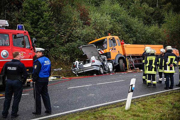 Tödlicher Verkehrsunfall bei Bad Schwalbach: Fünf Personen kamen ums Leben. Foto: Wiesbaden112.de