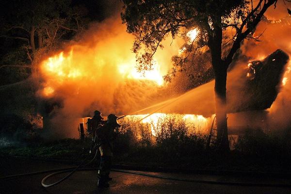 Feuer in Lehnsahn. Der Brand zerstört ein Reetdachhaus. Foto: Junge/Feuerwehr
