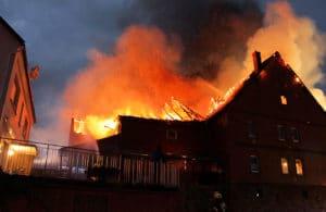 Großbrand in Beverungen: Bei dem Feuer im Ortsteil Drenke brannt ein alter Bauernhof. Foto: Polizei
