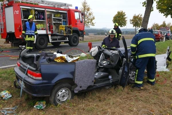 Mit hydraulischem Rettungsgerät befreit die Feuerwehr ein eingeklemmtes Unfallopfer. Foto: Christian Essler