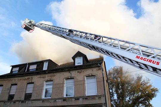 Brand in Essen: Der Dachstuhl eines historischen Hauses brennt. Foto: Feuerwehr Essen