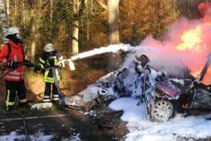 Unfall auf der B 214 zwischen Wietze und Ovelgönne. Der Fahrer starb. Foto: Thies/Feuerwehr