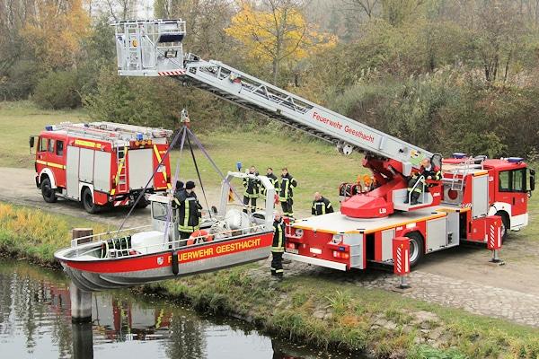Die Feuerwehr Geesthacht lässt ihr Boot auf der Elbe zu Wasser. Foto: Timo Jann