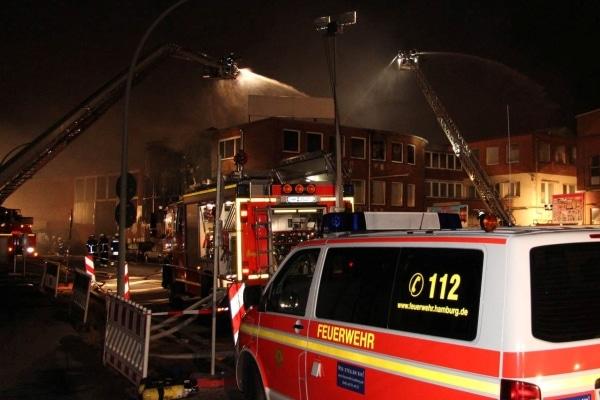 Großeinsatz für die Feuerwehr Hamburg: Im Stadtteil Hamm brennt ein 4.000 Quadratmeter großer Gebäudekomplex. (Foto: Timo Jann)