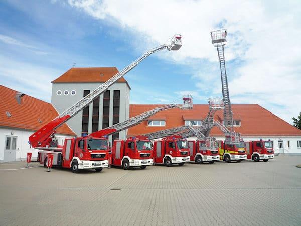 Sechs neue Drehleitern auf einen Schlag stellten freiwillige Feuerwehren in Sachsen-Anhalt in Dienst. MAN lieferte die Fahrgestelle, Metz Aerials die Aufbauten. Foto: MAN Truck & Bus