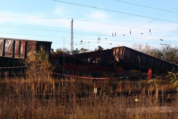 Ein Güterzug ist auf einen weiteren stehenden Güterzug in Senftenberg aufgefahren. Foto: Christian Essler