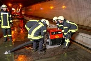 Unterirdischer Pumpeneinsatz. Die Feuerwehr pumpt Flusswasser aus dem Emstunnel. Foto: Dominik Janßen/Feuerwehr