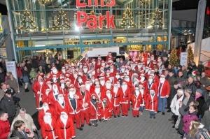 Wette gewonnen: 100 Weihnachtsmänner und -frauen trommelten die Jugendfeuerwehren Heisfelde und Nüttermoor zusammen. Foto: KFV Leer