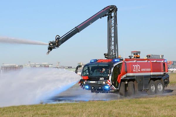 Symbolfoto: die Flughafenfeuerwehr Bremen trainiert den Einsatz. Foto: Olaf Preuschoff