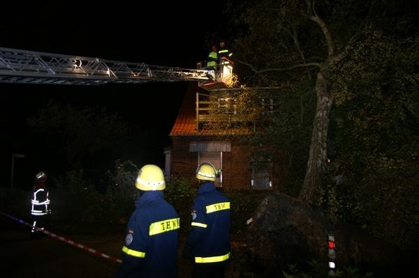 """Orkan """"Christian"""" ließ Ende Oktober zwei Bäume auf dem Gelände des NLWKN in Norden auf ein Haus stürzen. Nun droht ein neuer Orkan. Außerdem warnt die Behörde vor einer Sturmflut. (Foto: Thomas Weege)"""