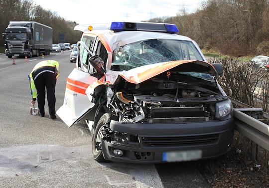 Unfall mit KTW auf der A 81. Foto: 7aktuell.de/Dan Becker