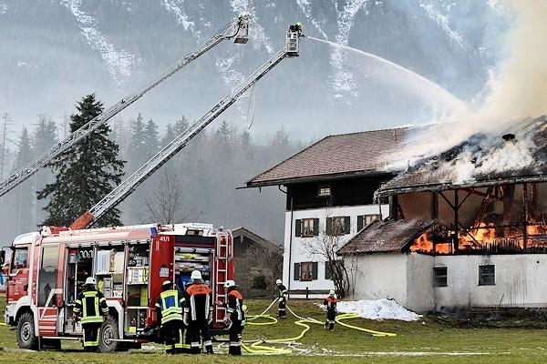Großbrand in Inzell - ein Stallgebäude brennt in voller Ausdehnung. Foto: fib/FDL