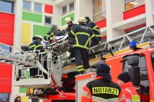 In Drehleiter eingeklemmt: Kollegen retten einen verletzten Feuerwehrmann in Hamburg. Foto: Lars Ebner