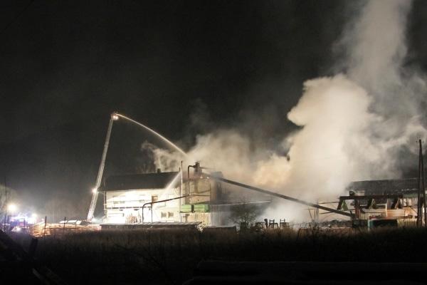 Ein Großfeuer hat auf dem Gelände eines Sägewerkes im bayrischen Steinwiesen einen Millionenschaden angerichtet. Foto: News5