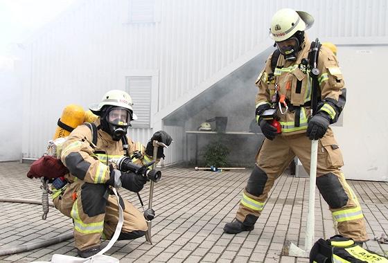 Berufsfeuerwehr Ausbildung: Das korrekte Handling (hier Feuerwehr Berlin) von Gerät und Technik ist ein zentraler Punkt jeder Feuerwehrausbildung. Foto: Timo Jann