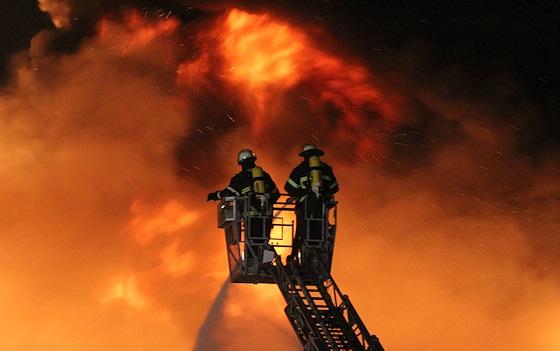 Berufsfeuerwehrmann werden: Großbrände bekämpfen ist nicht das Alltagsgeschäft: Wer Berufsfeuerwehrmann werden will, sollte sich dessen bewusst sein. Foto: Timo Jann