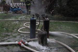 Aus einer brennenden Werkstatt brachte die Feuerwehr mehrere Gasflaschen in Sicherheit. Foto: KFV Segeberg