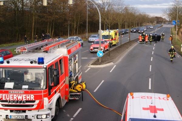 Ende einer Einsatzfahrt. Der Privatwagen einer Feuerwehrführungskraft liegt nach einem Unfall auf der Seite. Foto: Feuerwehr Emden