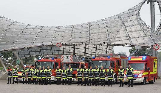 Feuerwehr München: Gruppenfoto mit Löschzug der Feuerwache 7 (Milbertshofen) vor der Olympiahalle. Foto: Michael Rüffer
