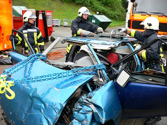 Oslo-Methode: Bei der Unfallrettung werden durch die Feuerwehr Ketten zur Befreiung eingeklemmter Opfer eingesetzt. Foto: Fichte