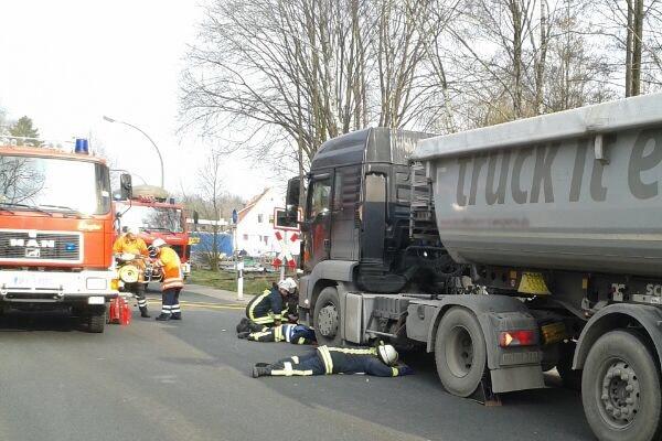 Unfall in Walsrode: ein Radfahrer klemmt unter einem Sattelzug. Foto: Führer/Feuerwehr