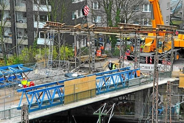 Auf einer Brücke in Wuppertal kam es es zu einem schweren Baustellenunfall, bei dem zwei Bauarbeiter schwer verletzt und ein weiterer getötet wurden. Foto: Ralf Kollmann