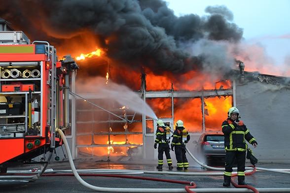 Autohaus in Flammen. Foto: Höfer