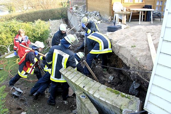 Arbeitsunfall in Essen: ein Mann ist von einer Mauer verschüttet worden. Foto: Filzen/Feuerwehr